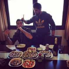 Pues si se come a las 5 se come a las 5 Sushi pa tres!! #sushi #casero #tataki #atun #salmon #mayonesa #wasabi #hummus #alganori #maki #japones #gastronomia by fernandito_ordinario