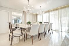 1- Sala com espelho bisotado, papel de parede adamascado e lustre branco!     Um lustre, candelabro ou lampadário é um candeeiro suspe...