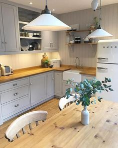 designs for cottage kitchens Home Decor Kitchen, Kitchen Interior, New Kitchen, Kitchen Dining, Country Kitchen Diner, Wood Worktop Kitchen, Kitchen Jars, Wood Floor Kitchen, Country Kitchens