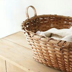 Farmhouse Style, Farmhouse Decor, Apocalypse Aesthetic, Farmhouse Baskets, Hobbit Hole, Vintage Baskets, Linen Pillows, White Houses, Zombie Apocalypse