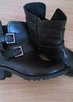 A vendre sur #vintedfrance ! http://www.vinted.fr/chaussures-femmes/bottes-and-bottines/17180852-bottines-motardes-en-cuir-marque-stephanel