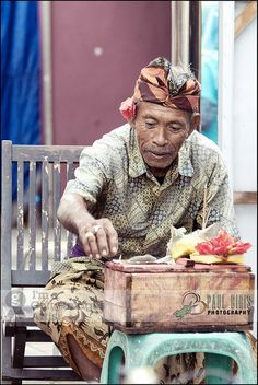 Street Vendor at Tanah Lot Temple in Bali, Indonesia, Asia. Travel to Indonesia with Kelana DMC. A member of Gondwana DMCs - your network of boutique Destination Management Companies across the globe - www.gondwana-dmcs.net