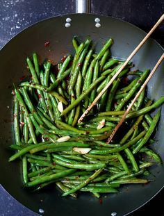 Thai Sweet Chili Green Beans with Canola Oil Garlic Green Beans Vegetable Broth Soy Sauce Sweet Chili Sauce Crushed Red Pepper Flakes Salt. Side Dish Recipes, Veggie Recipes, Asian Recipes, Vegetarian Recipes, Cooking Recipes, Healthy Recipes, Diet Recipes, Green Vegetable Recipes, Recipies