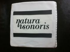 Tarta personalizada con el logotipo de la empresa Natura Sonoris elaborada por TheCakeProject en Madrid