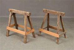 Bordsunderrede/sågbockar äldre. Bredd ca 70 cm, höjd 73 cm. Slitage, ojämna(2)