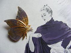 Eine ganz entzückende Schmetterlingsbrosche in einer wunderschönen Farbkombination. Es handelt sich bei diesem guten alten Stück um eine Handarbeit...
