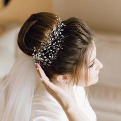 ⠀⠀⠀⠀• Ц Е Л О С Т Н О С Т Ь • ⠀ ⠀Именно в ней заключается секрет успешного и гармоничного образа НЕВЕСТЫ 💍👰🏼 ⠀ ---------------------------- Photo | @katerina_sapon Hair | @svetlana_koroteeva Jewelry | #KATIRINI Location | @sweet_hall