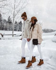 fashion blogger mia mia mine and her husband wearing the perfect couples winter outfit. A shearling jacket with white jeans and timberland boots are the perfect outfit combo for guys and girls. click through to see more cute winter outfits for couples, couples winter photoshoot, shearling jackets for men, and jackson hole wyoming in the winter. #couplegoals #jacksonhole #winterfashion Winter Boots Outfits, Casual Winter Outfits, White Timberland Boots, Couples African Outfits, White Jeans Winter, Faux Shearling Jacket, Matching Couple Outfits, Winter Fashion, Women's Fashion