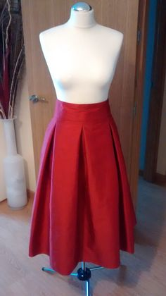 Falda Midi Roja Waist Skirt, High Waisted Skirt, Skater Skirt, Skirts, Fashion, Midi Skirts, Outfits, Red, Style