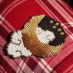 Tissage du week-end, d'après un diagramme de @pauline_eline ! Il fera un magnet magnifique. (Mon pantalon de pyjama, c'est cadeau.) #miyuki #jenfiledesperlesetjassume #brickstitch #pauline_eline #lune #moon #tissageperles Hama Beads Patterns, Peyote Patterns, Beading Patterns, Art Perle, Rainy Day Crafts, Nativity Crafts, Beaded Brooch, Beaded Animals, Seed Bead Earrings
