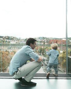 Zum #daddydienstag ein Fotos von meinen beiden Herzmännern und dem Stuttgarter Schlossplatz im Hintergrund