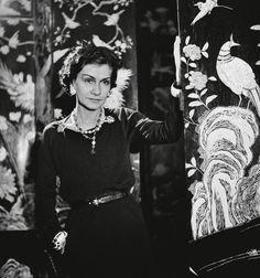La légende raconte que la petite robe noire est sortie de l'imagination de Coco Chanel, devenue dès lors un vêtement culte. Mais bien qu'elle ait participé à son histoire, ce n'est pas vraiment elle qui l'a créée. Je vous propose aujourd'hui de découvrir...
