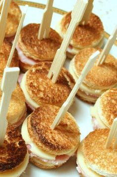 Croque Apero: For 16 mini croques: 8 slices bread, 3 trs. Comida Picnic, Fingers Food, Salty Foods, Snacks Für Party, Mini Foods, Appetisers, Food Inspiration, Appetizer Recipes, Love Food