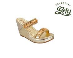 Calzado para dama, mujer, señorita, niña tipo sandalia. Modelo 33, color oro, plataforma dora. Doble banda con perlas color marshal, piedritas color oro.