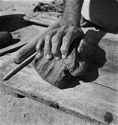 Mestre Vitalino, fotografado por Pierre Verger em 1947, Caruaru, Brasil.