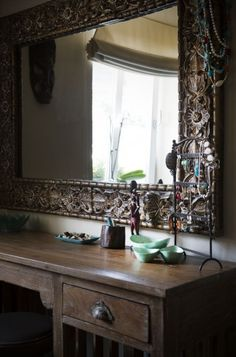 Carved antique mirror in the interior by Le Patio. Colonial Furniture, Indian Furniture, Old Wood, Stylus, Mirror, Interior Design, Lifestyle, Antiques, Modern