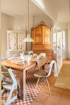 En el office. Mesa de Merc&Cia y sillas de Mercantic. Sobre la mesa, los tazones y los platos son de Coton et Bois.