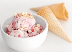 Recipe for easy strawberry ice cream - Good easy recipes Fruit Ice Cream, Strawberry Ice Cream, Strawberry Recipes, How To Peel Peaches, Bbc Good Food Recipes, Quick Recipes, Sweet Recipes, Yummy Recipes, Cooking Recipes