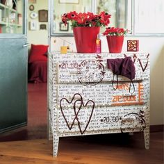 Hand painted words and hearts on a small dresser, embellishes it with romance. Cuutteeeee :)