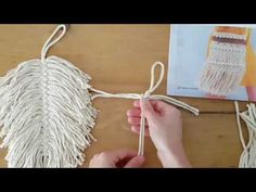 On this video I present how one can make a feather utilizing macramé. On this video I exploit ByClaire Chunky Cotton. Macrame Owl, Macrame Knots, Macrame Projects, Craft Projects, Diy Paso A Paso, Crochet Feather, Micro Macramé, Macrame Patterns, Sewing Crafts