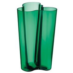 iittala Alvar Aalto Vases An icon of Finnish design, the iittala Aalto Vase is one of the most famous glass pieces in history. Alvar Aalto created the Aalto Vase design in 1936 and entered it in the Karhula-Iittala Glass Design. Scandinavian Interior Design, Shop Interior Design, Art Furniture, Alvar Aalto Vase, Contemporary Vases, Green Home Decor, Nordic Home, Crystal Vase, Home Decor Online