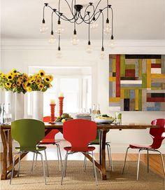 cadeiras coloridas, tela, lustre, vaso, castiçais