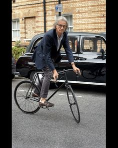 Sir Paul Smith on his fixie Cycle Chic, Velo Design, Bicycle Design, Fixed Gear Girl, Velo Cargo, Look Man, Urban Bike, Oldschool, Bike Style