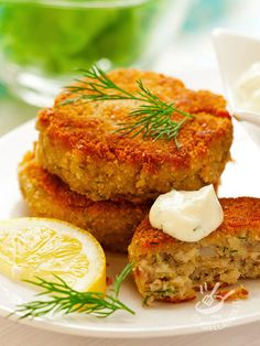 The calories in crab cakes will vary depending on preparation. If you want low-calorie crab cakes, make them yourself instead of ordering them from a restaurant. Stick to one or two crab cakes to keep calories under control. Salmon Recipes, Fish Recipes, Seafood Recipes, Cooking Recipes, Healthy Recipes, Healthy Tuna, Healthy Eating, Batch Cooking, Dinner Healthy