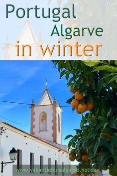 Als je in de Algarve ´s morgens wakker wordt , schijnt de zon, is de lucht blauw en is het rond de 15C. In de loop van de morgen loopt de temperatuur op naar een behaaglijke 18-20C, de zon schijnt nog steeds en de lucht blijft blauw. Tegen het eind van de middag zakt de temperatuur weer en na zonsondergang is het fris buiten en zet je binnen gezellig de verwarming aan.  Dit is hoe een gemiddelde dag in de winter er in de Algarve uitziet. Het is eigenlijk gewoon lente.  #Portugal #Algarve… Algarve, Portugal, Winter Destinations, Europe, Seasons, Blog, Seasons Of The Year, Blogging