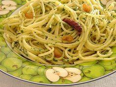 Aprende a preparar spaguetti al ajo con esta rica y fácil receta. Se cuece la pasta hasta quedar aldente 15 min aprox. Se escurre, en otro recipiente se derrite la...