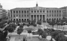 Memorias del Viejo Pamplona: Plazas y calles de ayer y hoy: La Plaza de la Cruz (1944-2014) Pamplona, Plaza, Places Ive Been, Louvre, Building, Travel, Vintage, Town Hall, Old Photography