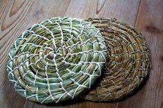 Praktischer Untersetzer für heiße Töpfe, hergestellt aus Binsen. Ca. 18 cm Durchmesser 9 € Wicker Baskets, Artisan, Projects, Handmade, Diy, Shopping, Blog, Home Decor, Basket Weaving