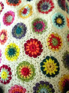 hexagon crochet blanket freebie link - choose 3 complimentary/contrasting colours then a white for the edge Crochet Hexagon Blanket, Crochet Squares, Crochet Blanket Patterns, Knitting Patterns Free, Crochet Blankets, Blanket Yarn, Crochet Afghans, Granny Squares, Free Knitting