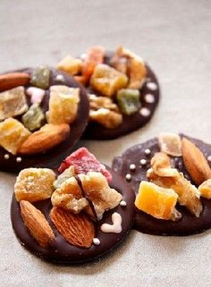 Chocolate beggars are fine chocolate pies with dried fruits and candied fruit pieces. We invite you to discover the recipe of these delicious treats. by Audrey Kosher Recipes, Gourmet Recipes, Sweet Recipes, Cooking Recipes, Xmas Food, Christmas Cooking, Christmas Recipes, Yummy Treats, Sweet Treats