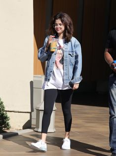 Selena Gomez steps out wearing Justin Bieber's glasses - - The singer, stepped out Thursday sporting a pair of glasses that looked an awful like the ones Justin likes to wear. Selena cut an effortlessly cool figure in her over size jean jacket. Selena Gomez Fashion, Selena Gomez Casual, Selena Gomez Glasses, Selena Gomez 2019, Selena Gomez Daily, Legging Outfits, Hoodie Outfit, Denim Outfit, Simple Outfits