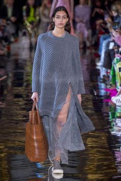 Stella McCartney Fall 2018 Ready-to-Wear Fashion Show : Stella McCartney Fall 2018 Ready-to-Wear Collection - Vogue The complete Stella McCartney Fall 2018 Ready-to-Wear fashion show now on Vogue Runway. Catwalk Fashion, Fashion 2018, Fashion Week, Paris Fashion, Daily Fashion, Winter Fashion Casual, Autumn Winter Fashion, Trendy Fashion, Fall Winter