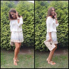 Este vestidín, las sandalias y los anillos mini son de FETICHE SUANCES y el bolso de MIU MIU.