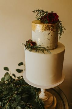 white + gold foil wedding cake Glamorous Wedding Cakes, Floral Wedding Cakes, Purple Wedding, Wedding Flowers, Rustic Luxe, Rustic White, October Wedding, Wedding Day, Gold Foil Cake