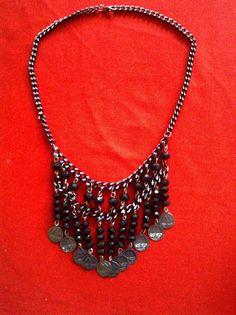 Lindo colar com franjas, feito em cristal e correnteAprox: 50 cmFranjas:8 cmPeso:50 gr