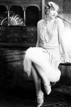 This is a picture of a flapper. Flappers were women who were rebelling against society. They had short hair, wore shorter dresses, wore a lot of makeup, danced to fast music (the foxtrot, the charleston) and were defiant. 1920 Style, Style Année 20, Flapper Style, 1920s Flapper, Flapper Fashion, Flapper Girls, Look Vintage, Vintage Mode, Vintage Glamour