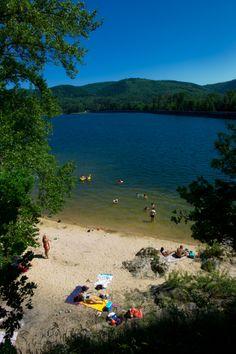 Le lac de Saint-Ferréol est un lac de barrage français qui est le principal réservoir pour l'alimentation en eau du canal du Midi.