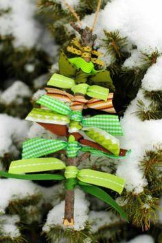 Espaço Infantil Enfeite de Natal com Gravetos e Fitas - Espaço Infantil