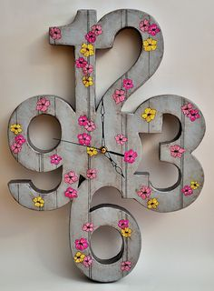 Cool clock, minus the flowers. Paper Clock, Clock Art, Diy Clock, Clock Decor, Cardboard Furniture, Cardboard Crafts, Wood Projects, Woodworking Projects, Projects To Try