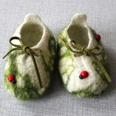 felted baby shoes ... I'd have another babe to have these!