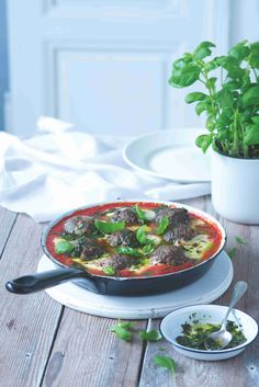 Masové koule patří mezi nejoblíbenější jídla malých i velkých. Podávejte je s křupavým pečivem, s těstovinami nebo s noky. Co zbude, zapečte druhý den do baget! Thing 1, Mozzarella, Pesto, Serving Bowls, Beef, Tableware, Kitchen, Food, Meat