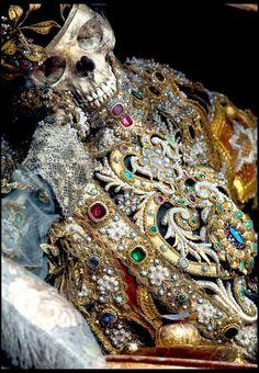 rangka yang dihiasai oleh emas bertimbun  http://cincaiaje.blogspot.com/2013/09/rangka-yang-dihiasi-oleh-emas-dan.html