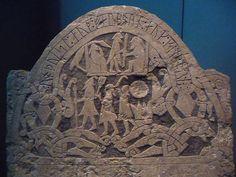 Gungnir est la lance d'Odin. C'est l'un des attributs traditionnels du dieu. C'est pourquoi les personnages représentés avec une lance sur la pierre de Sanda (Gotland, période viking) sont parfois identifiés à Odin portant Gungnir. Pour en savoir plus: http://www.fafnir.fr/gungnir.html.