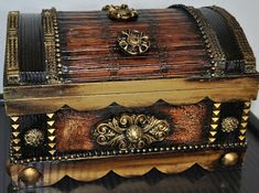 love this trunk Antique Chest, Antique Boxes, Vintage Trunks, Creative Box, Trunks And Chests, Craft Box, Casket, Treasure Chest, Wood Boxes