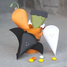 Easy DIY Halloween character treat boxes made from cardstock - perfect for goodie bags! Diy Halloween Goodie Bags, Sac Halloween, Halloween Taschen, Bonbon Halloween, Halloween Treat Boxes, Halloween Treats For Kids, Diy Halloween Decorations, Halloween Crafts, Halloween Dinner