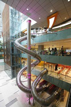 Erlebnisaktivierung pur sind diese Rutschen im Changi Airport, Singapore - warum nicht mal als Teil eines Shop-in-Shop, Zielgruppe Kinder und Kindsköpfe?